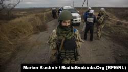 Міністр оборони: розведення йде за планом, хоча бойовики намагаються зірвати процес