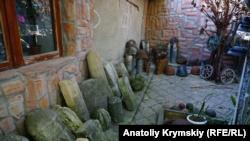 Надгробки з подвір'я збирача старожитностей Акіма Гіясова. М. Старий Крим.