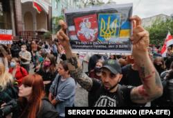 Біля посольства Білорусі у Києві білоруси, які живуть в Україні, та українці вийшли на мітинг на підтримку білоруської опозиції, проти фальсифікації виборів. 13 серпня 2020 року