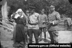 Командир Запорізької дивізії Олександр Натієв (в центрі) та полковник Петро Болбочан. Весна 1918 року