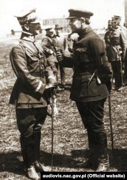 Головний отаман армії та флоту УНР Симон Петлюра (праворуч) та командувач 2-ї польської армії генерал Антоній Листовський під час війни з більшовицькою Росією. Бердичів, 1920 рік