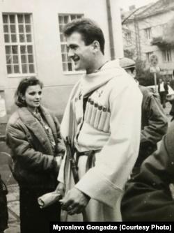 Початок 90-х у Львові. Георгій Гонгадзе гордий за своє грузинське коріння. Кинджал дідів