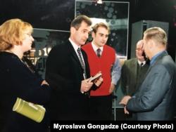 Георгій Гонгадзе (у чорному костюмі) спілкується з президентом України Леонідом Кучмою, 1999 рік