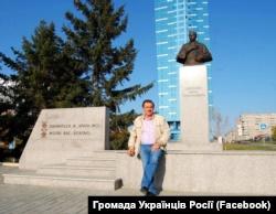 Володимир Павук біля створеного його зусиллями пам'ятника Шевченкові в Новосибірську (Західний Сибір)