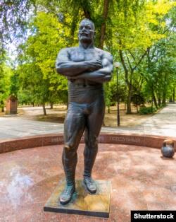 Кубань. Пам'ятник українському спортсмену-борцю, шестиразовому чемпіону світу з боротьби Іванові Піддубному (1871–1949) в місті Єйську