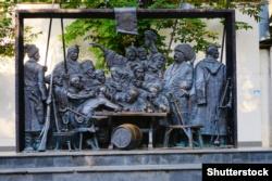 Кубань. Скульптурна композиція в місті Краснодарі за мотивами картини художника Іллі Рєпіна (Ріпина) «Запорожці», яка включає в себе 15 бронзових українських козаків