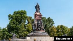 Пам'ятник російській імператриці Катерині II у Краснодарі. Був відкритий в 1907 році, зруйнований більшовиками у 1920-му, відновлений в 2006 році. Скульптурна композиція містить: з лівого боку зображення російського князя Григорія Потьомкіна, із правого боку – трьох перших кошових отаманів Чорноморського козацького війська, а на задній стороні пам'ятника зображений сліпий кобзар із поводирем