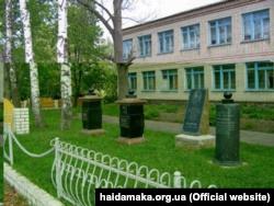 Стародубщина. Церква, біля якої був похований Іван Борозна (1804–1858), знищена в радянські роки, а на її місці побудована школа. Село Ведмедеве