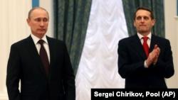 Президент Росії Володимир Путін (ліворуч) і тодішній голова російської Держдуми, а нині керівник Служби зовнішньої розвідки Росії Сергій Наришкін. Москва, 21 березня 2014 року