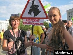 Одна з акцій «Мовного майдану». Під час мітингу на підтримку української мови перед будівлею Полтавської ОДА. Полтава, 5 липня 2012 року