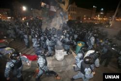 Силовики спецпідрозділу МВС «Беркут» під час розгону учасників акції на підтримку євроінтеграції України на майдані Незалежності у Києві, в ніч на 30 листопада 2013 року