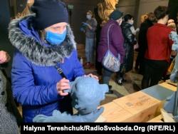 Оксана Лапичак доторкується до «Херувима»