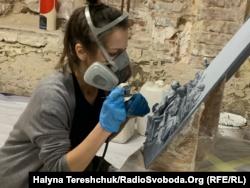Майстриня покриває тактильну скульптуру фарбою