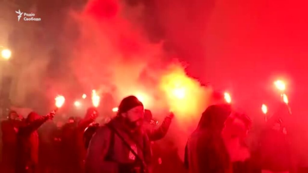 Акція на підтримку Стерненка: активісти побили шибки офісу президента та палили фаєри (відео)