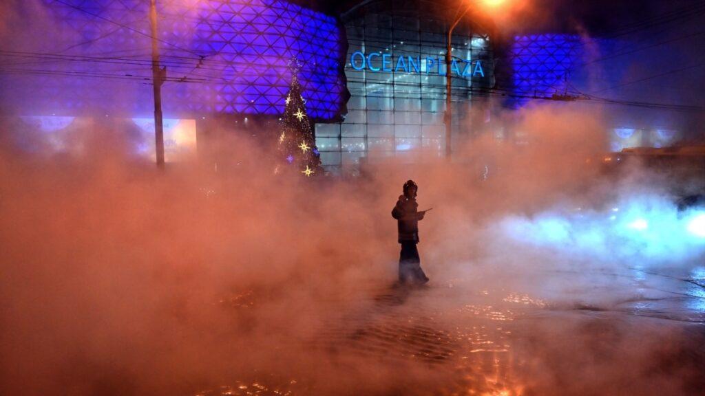 Біля ТРЦ Ocean Plaza в Києві прорвало водопровід