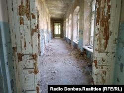 Внутри больницы и на чердаке видно, что она находится в плохом состоянии