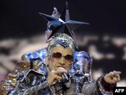 Вєрка Сердючка (Андрій Данилко) чи то «збиває вершки», чи то «прощається з Росією» на «Євробаченні-2007» у Хельсінкі