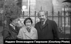 Дослідник Микола Мушинка з донькою Володимира Гнатюка – Олександрою Піснячевською та онукою Лолою Гордесманн у Парижі, 1981 рік