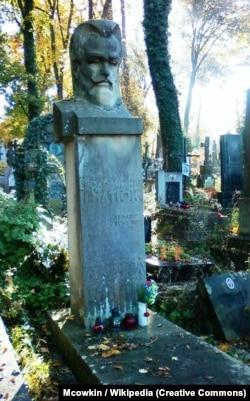 Пам'ятник на могилі Володимира Гнатюка на Личаківському цвинтарі у Львові