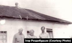 Мої дідусь, бабуся та дядько біля родинної хати в Березані