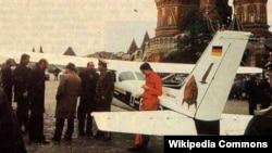 СРСР, Москва, 28 травня 1987 року. Літак «Сессна-172 Скайхок» німецького льотчика Матіаса Руста приземлився біля Красної площі