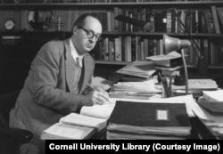 Володимир Набоков у робочому кабінеті в Корнельському університеті. 1957 рік