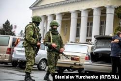 Озброєні російські військові без розпізнавальних знаків (так звані «зелені чоловічки») в аеропорту Сімферополя, 28 лютого 2014 року