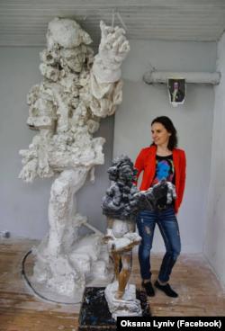 Диригентка Оксана Линів біля проєкту пам'ятника Францу Ксаверу Моцарту