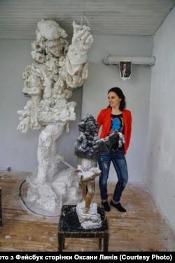 Оксана Линів біля моделі скульптури