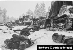 Тіла радянських військових і підбита техніка після розгромного нападу фінів на колону Червоної армії на Раатській дорозі в січні 1940 року