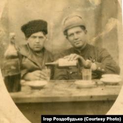 Світлина, яку мій дідусь переслав родичам на Стародубщину з воєнної Угорщини. Початок 1945 року. Як бачимо, на відпочинку радянським воякам дозволялося поводитися зовсім не так, як про це розповідали потім у радянських кінофільмах та книжках. Дідусь – ліворуч