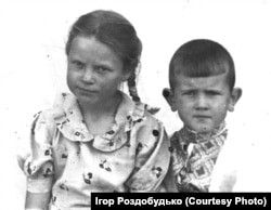 Моя матуся та дядько у дитинстві. Дядько одягнений в українську вишиванку. 1950-і роки. Стародубщина (зараз Брянська область Росії)