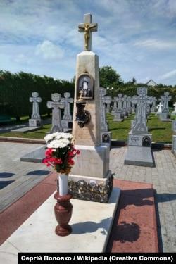 Могила Амфілохія на монастирському цвинтарі Почаївської лаври