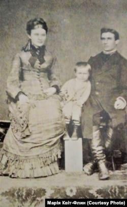 Лонгин Цегельський з батьками у віці 3-х років