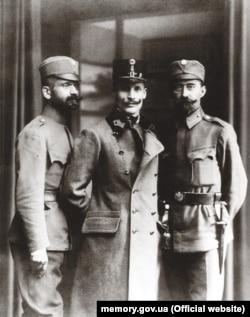 Справа наліво: Лонгин Цегельський, Михайло Волошин, Іван Боберський у формі Українських січових стрільців (УСС), 1918 рік