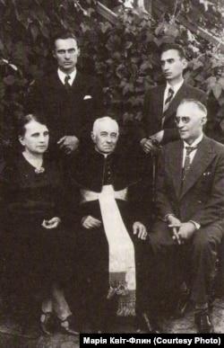 Лонгин Цегельский (праворуч) у Камінці Струмиловій з родиною, 1938 рік. Посередині сидить його батько – отець шамбелян Михайло Цегельський