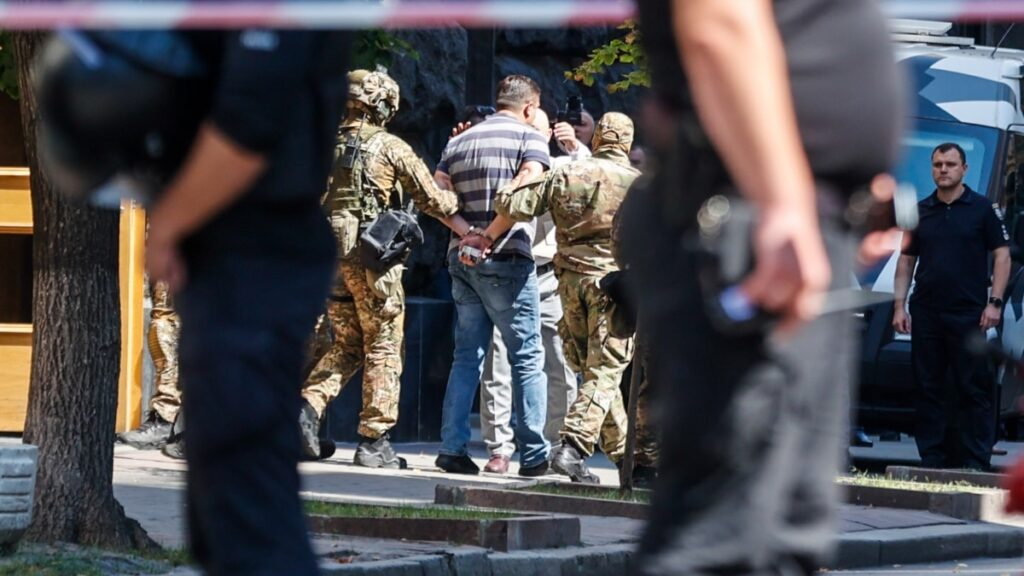 Суд взяв під варту чоловіка, який зайшов до Кабміну з гранатою – прокуратура