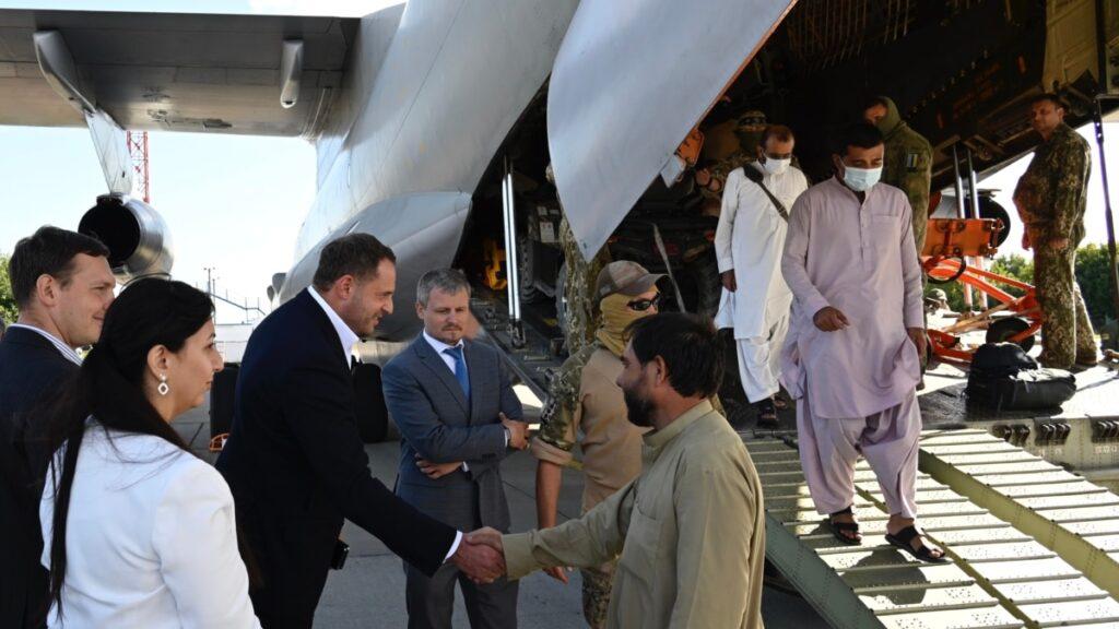 Україна вивезла з Афганістану ще 75 людей – Офіс президента