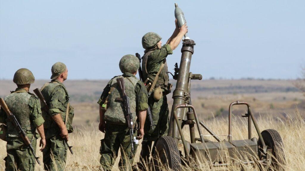 Зведення з фронту: нові порушення, ще двоє поранених військових