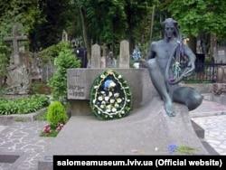Могила Соломії Крушельницької на Личаківському цвинтарі у Львові