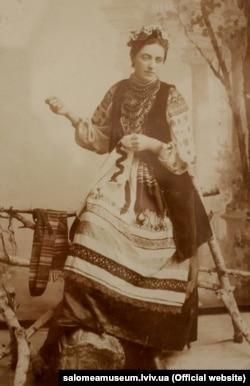Соломія Крушельницька у подільському строї