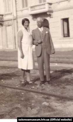 Соломія Крушельницька з чоловіком Чезаре Річчоні біля їхнього будинку у Віареджо. Італія, 1930-і роки