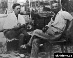 Художник Микола Глущенко (ліворуч) і політичний та громадський діяч, письменник Володимир Винниченко. Берлін, 1920-і роки