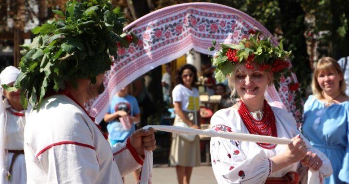 Національні весільні традиції України популяризують волонтери