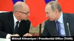 Президент Росії Володимир Путін (праворуч) і перший заступник керівника адміністрації президента Сергій Кирієнко (ліворуч). 2019 рік