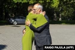 Діючий президент Естонії Керсті Кальюлайд вітає новообраного естонського президента Алара Каріса. Таллінн, 31 серпня 2021 року