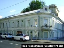 У цьому будинку на вулиці Поварській бували свого часу Гоголь і Тарас Шевченко. Але українське Консульство дозвіл на будинок на Поварській не отримало