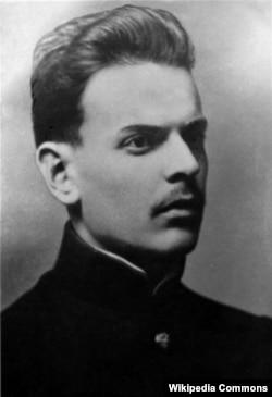 Костянтин Паустовський мав українське походження, але в роки радянської влади змушений був викривляти факти своєї біографії. У 1918 році він втік з більшовицької Москви до України і служив у війську гетьмана Скоропадського