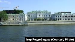 Українське Консульство могло б бути розташованим і в маєтку «цукрового короля» Росії Павла Харитоненка. Але більшовики не дозволили. Зараз тут резиденція посла Великої Британії