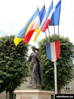 Пам'ятник королеві Франції Анні Київській у французькому місті Санліс, 15 травня 2011 року